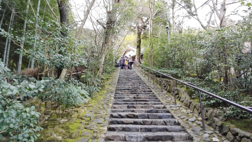 鈴虫寺の長い階段