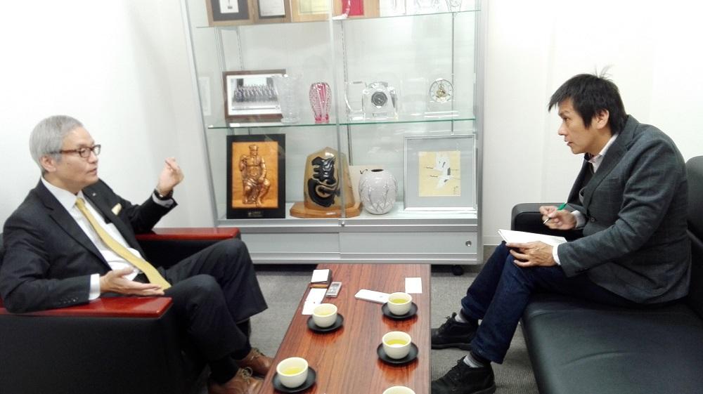 鳥貴族の大倉忠司さんのインタビューの様子